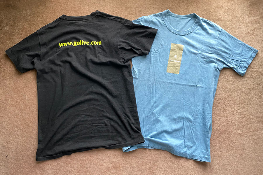 GoLive SystemsとApple think differencのTシャツ